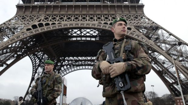 paris tower soldiers